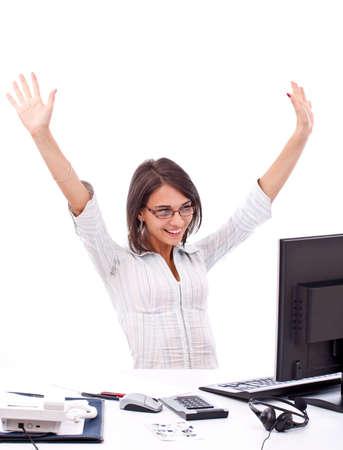 Giovane donna in ufficio jubilates al banco. Isolato su sfondo bianco.