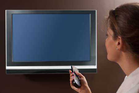 personas viendo television: Mujer en la que viven sala de televisi�n viendo