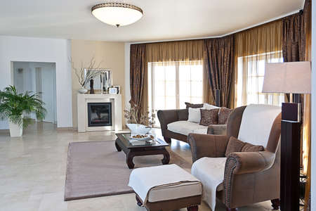 vestibulos: Sala de estar moderna en tonos tierra