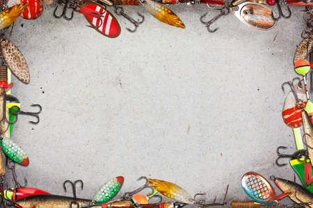 Cadre avec des leurres spinner et flotteurs pour la pêche.