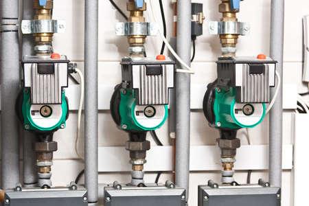 Moderne boiler room apparatuur voor verwarming. Pijpleidingen, waterpomp, manometers.