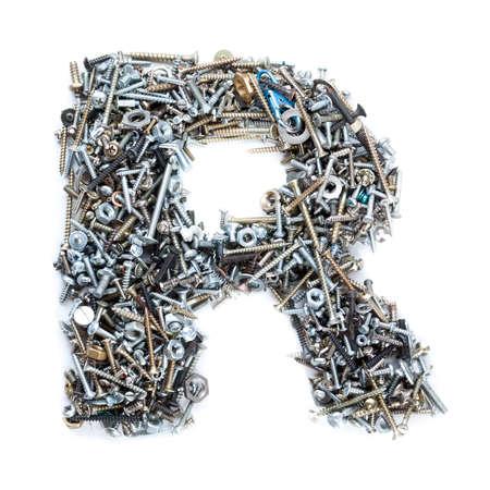 tuercas y tornillos: Letra «r» hecha de tornillos aislados en fondo blanco