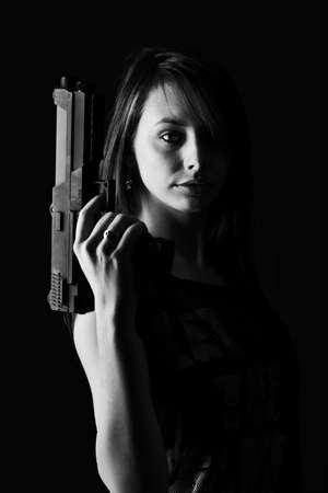 mujer con arma: Sexy mujer con pistola, aislado en fondo negro