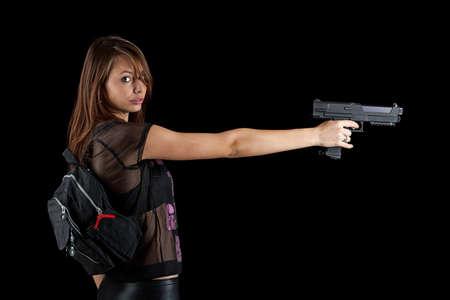 mujer con arma: Disparo de un arma chica hermosa celebraci�n, aislado en negro bckground