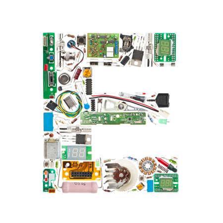 componentes: Letra �e� hecha de componentes electr�nicos aislados en fondo blanco