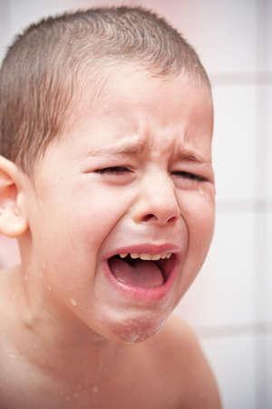 crying boy: Primer plano de un ni�o llorando, tiro del estudio