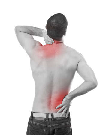 dolor muscular: El hombre joven que tiene dolor en el cuello y la espalda, la foto blanco y negro con el rojo como un símbolo para el endurecimiento