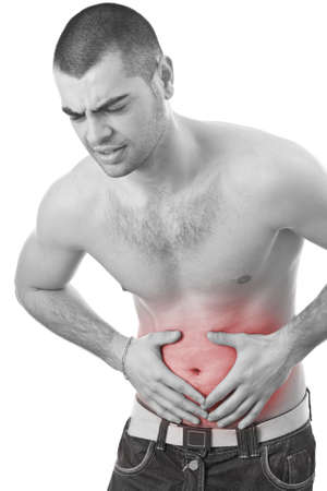 dolor de estomago: hombre joven sosteniendo su estómago enfermo de dolor, aislados sobre fondo blanco, foto blanco y negro con el rojo como un símbolo para el endurecimiento