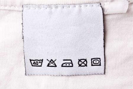 etiquetas de ropa: Etiqueta con s�mbolos de cuidado de la ropa Foto de archivo