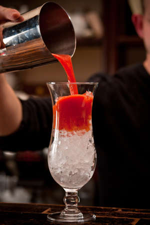 tomato cocktail: Barman preparare cocktail di pomodoro
