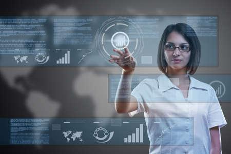 Aantrekkelijke vrouw met behulp van technologieën van de toekomst Stockfoto