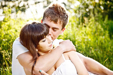 pareja abrazada: Retrato de la joven pareja en el amor