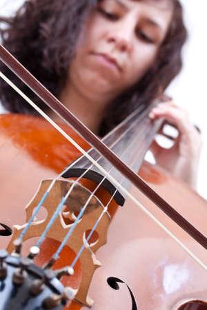 fiddlestick: chica tocando el violoncelo, foto de estudio sobre fondo blanco Foto de archivo