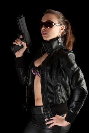 mujer policia: Sexy chica con pistola. Aislado en Negro