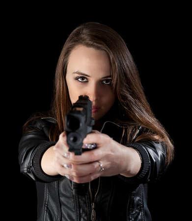mujer policia: Disparo de un arma de fuego ni�a hermosa celebraci�n, aislado en fondo negro