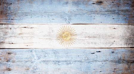 flag of argentina: Bandera de Argentina pintada sobre fondo sucio tabl�n de madera Foto de archivo