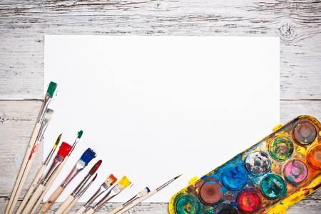 pallette: Brosses sales avec de la peinture et du papier