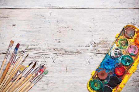 pallette: Brosses sales avec de la peinture sur bois, fond