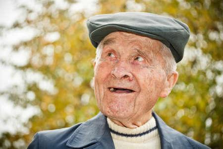 80s adult: Retrato al aire libre del hombre sonriente de edad avanzada en el sombrero Foto de archivo