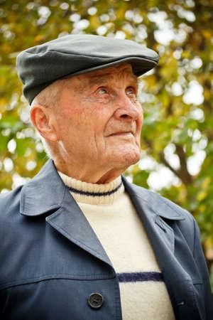 1 person: Retrato al aire libre de un hombre muy viejo