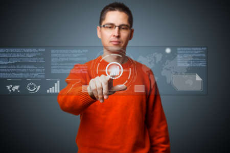 holographic: Giovane navigazione olografica interfaccia di realt? virtuale. Archivio Fotografico