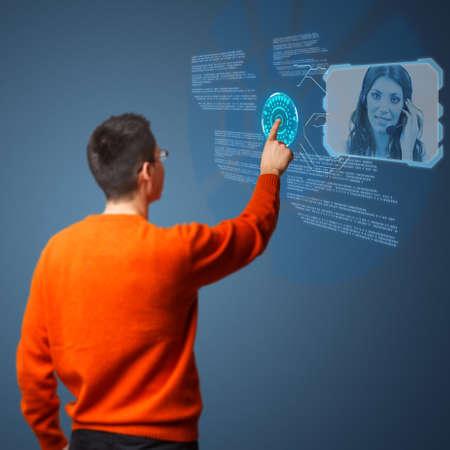 call center agent: Giovane collega agente di call center su interfaccia digitale