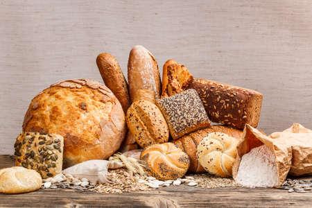 Diferentes tipos de pan fresco en la mesa de madera Foto de archivo - 17297566