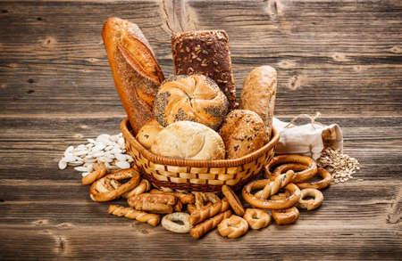 Composici?n con pan y bollos en la cesta de mimbre Foto de archivo - 17297568