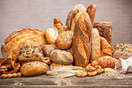 Variedad de pan en la mesa de madera vieja Foto de archivo - 17341555