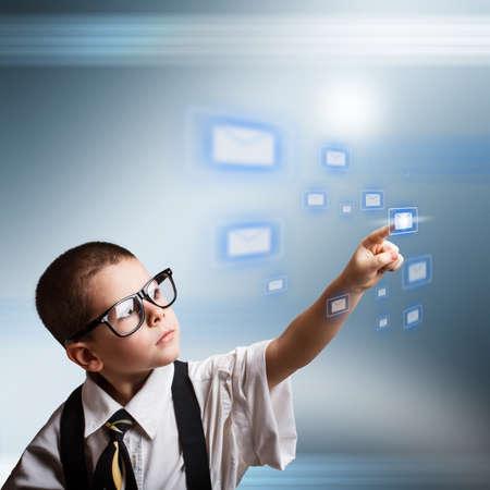 Concepto de correo electrónico con el niño pequeño negocio vestido de traje de gran tamaño Foto de archivo - 17477914