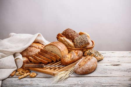 canasta de pan: Mezcla de pan en la tabla de cortar y el cesto