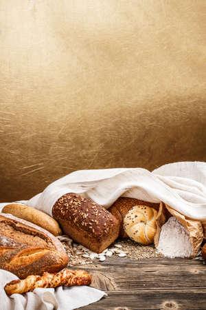 pan frances: Mezcla de pan viejo tabel de madera con fondo de oro