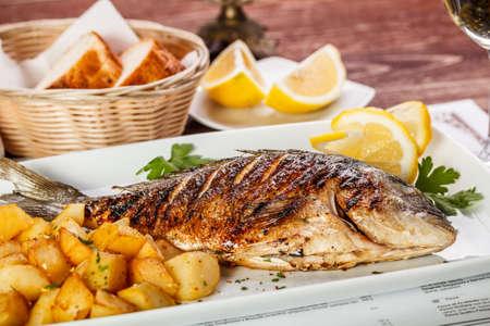 Cierre de pescado dorada con patatas Foto de archivo