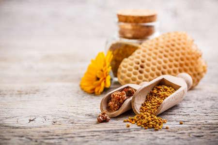 bee pollen: Het stuifmeel van de korrels en propolis in houten lepel Stockfoto