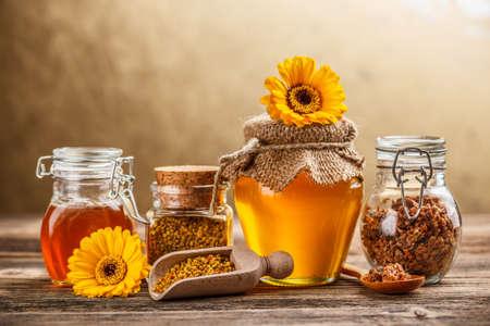 Colmenar producto, la miel, el polen y propóleos Foto de archivo