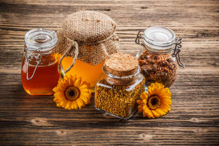 ambrosia: Miele, polline e propoli in vaso di vetro Archivio Fotografico