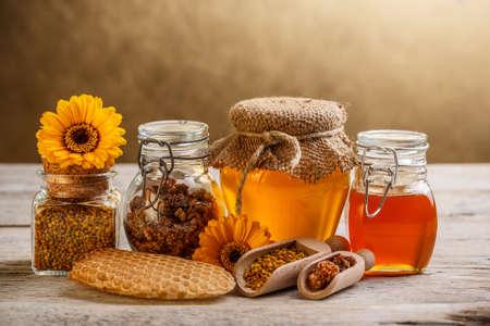 Különböző típusú méz és méhészeti termékek Stock fotó