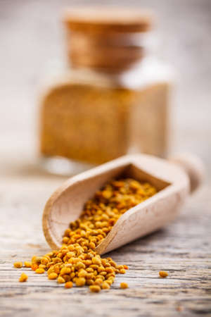 bee pollen: Bee stuifmeel korrels in houten lepel