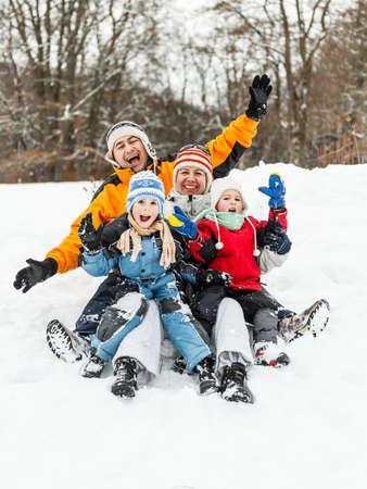 Bir kış parkta eğlenmeyi çekici bir aile