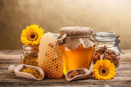 Naturaleza muerta con miel, panal de miel, polen y propóleos Foto de archivo