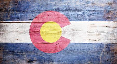 汚れた木製の背景に描かれたコロラド州の旗