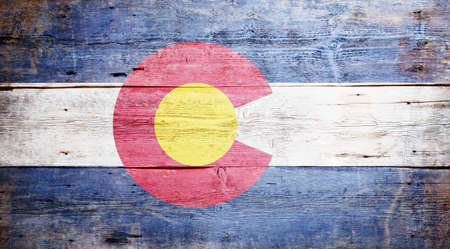 Flaga stanu Kolorado malowane na grungy tle drewniane Zdjęcie Seryjne
