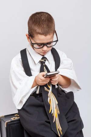 little business man: Poco hombre de negocios utilizando tel�fono m�vil inteligente