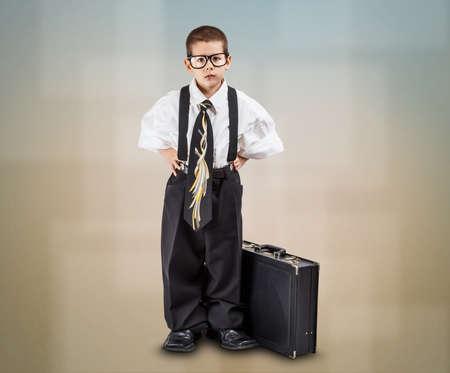 Poważny mały chłopiec z teczki biurowej
