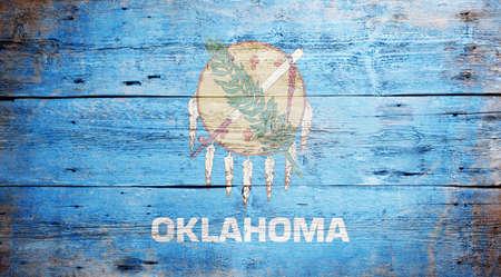 Bandiera dello stato di Oklahoma dipinto su grungy sfondo di legno Archivio Fotografico