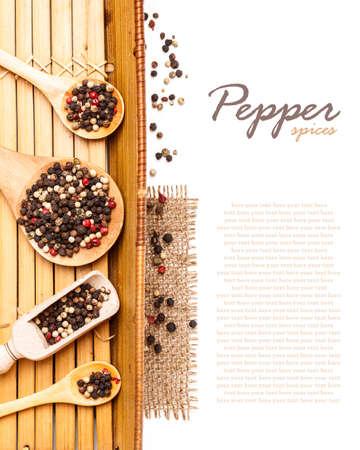 Mix paprika's in houten lepel, ruimte voor tekst Stockfoto