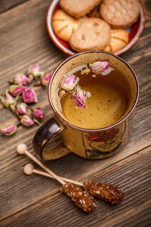 Tasse Tee serviert mit Keksen und Kandiszucker Sticks photo