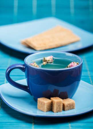 Rose bud Tee in blauen Tasse Tee photo