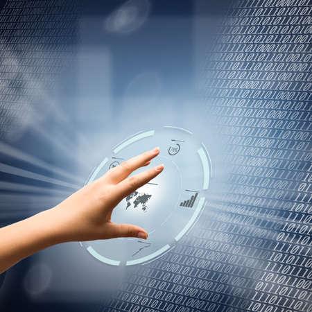 未来のデジタル インターフェイスを使用して女性の手