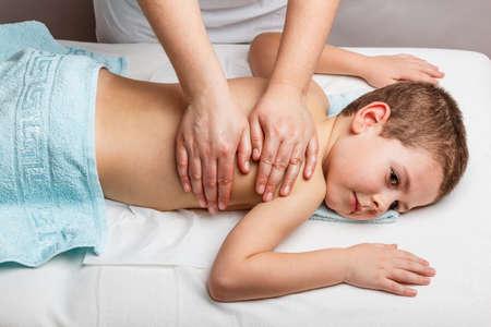 Anne eli ile çocuklar tıbbi masaj Stok Fotoğraf